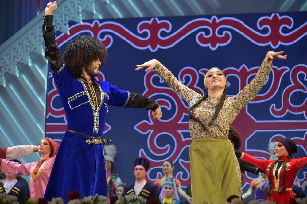 Гала-концерт этнокультурного фестиваля «Наш дом - Татарстан». Свое мастерство демонстрируют творческие коллективы.