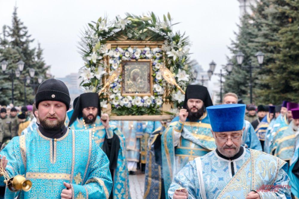 Затем после торжественной литургии в Благовещенском соборе Кремля верующие крестным ходом прошли до Богородицкого монастыря.