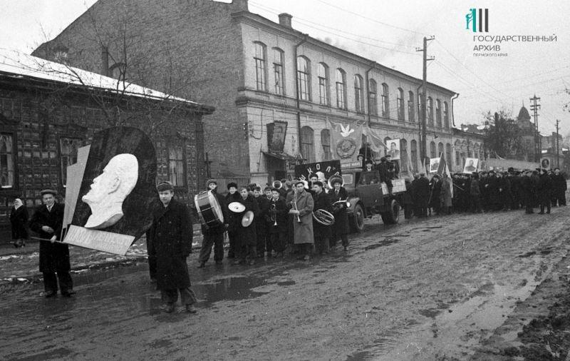 Демонстрация трудящихся Перми в честь 37-й годовщины Октября, 1954 год.