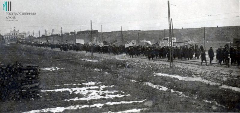 Колонна железнодорожников Перми на праздновании 15-й годовщины Октября, 1932 год.
