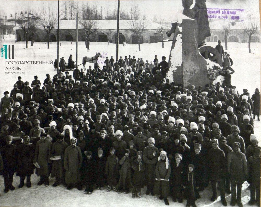 Митинг у Гостиного двора при открытии памятника в честь третьей годовщины Октябрьской революции, 1920 год.