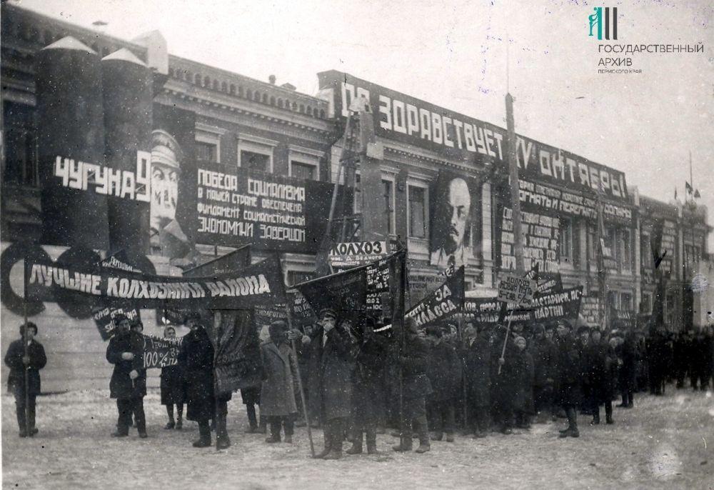 Колонна лучших колхозников на демонстрации, посвящёной 15-й годовщине Октября, 1932 год.