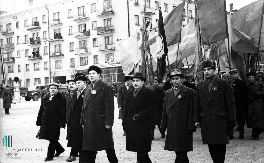 Работники телефонного завода на демонстрации, 1963 год.