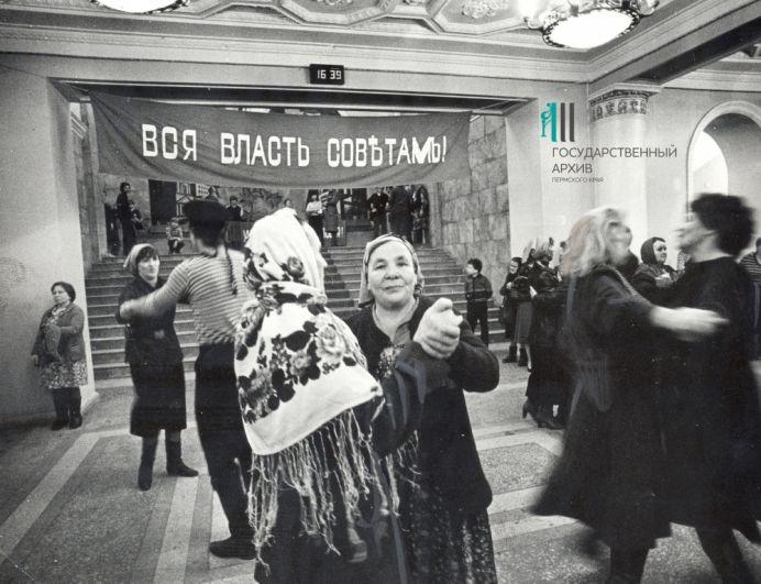 Сцены из 1917 года в постановке самодеятельных коллективов на городском празднике, посвящённом 70-летию Октября, 1988 год.
