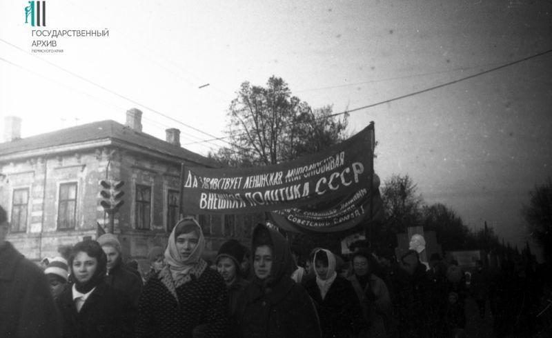 Студенты и преподаватели медицинского института на демонстрации, 1967 год.