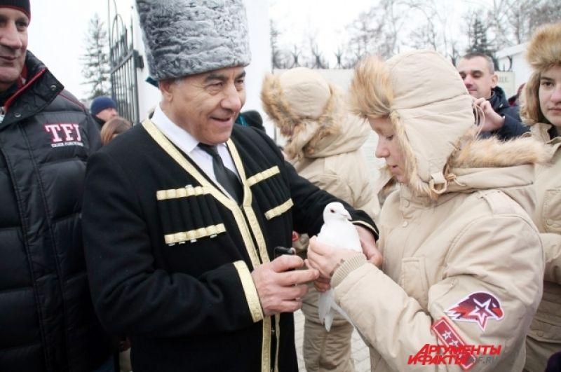 Волонтеры передавали птиц представителям разных конфессий, чтобы показать, что Иркутск един.