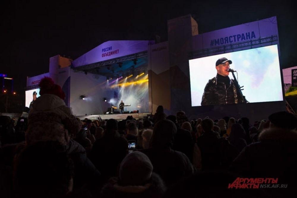 Народный артист исполнил свои самые известные песни.