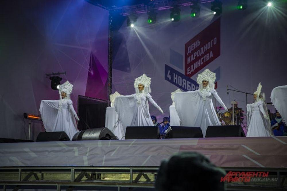На сцене выступили танцевальные и песенные коллективы из Новосибирска.