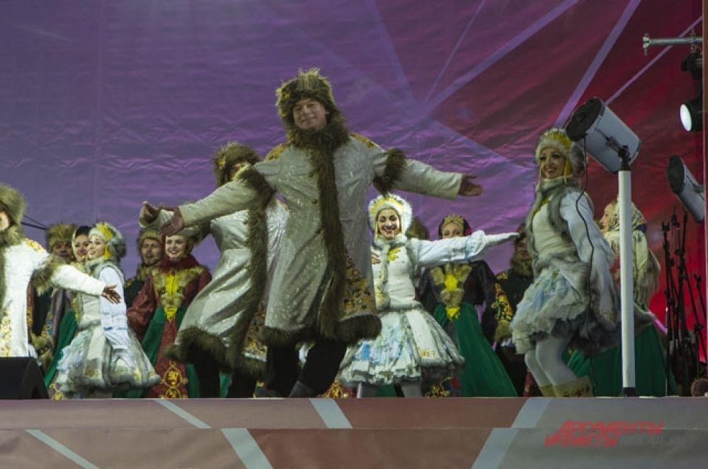 Танцоры были в национальных костюмах.