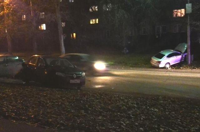 В центре Перми столкнулись три автомобиля.