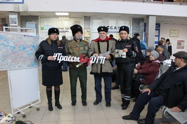 Тюменские автоинспекторы провели уроки безопасности на автовокзале