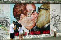 Следы присутствия российских туристов можно обнаружить везде. Даже на фрагменте Берлинской стены.