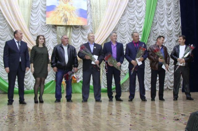 Механизаторы, водители, животноводы, главные специалисты  получили награды, денежные премии и благодарность от руководства предприятия.
