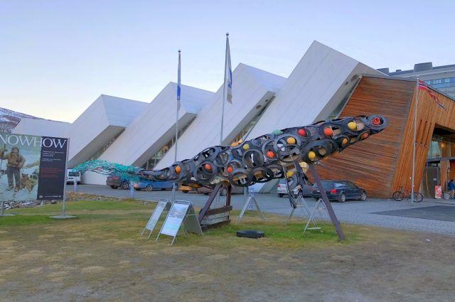 В Тромсё у Арктического парка «Полярия», созданного в 1997 году Департаментом по защите окружающей среды Норвегии, не так давно появилась инсталляция, символизирующая острую необходимость борьбы с загрязнением пластиком.