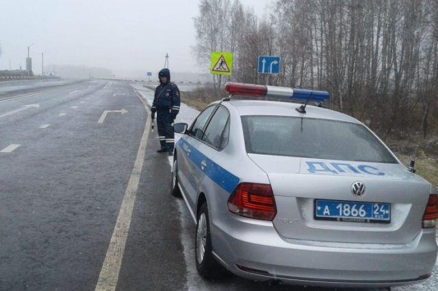 Полицейские просят водителей быть внимательнее на дорогах.