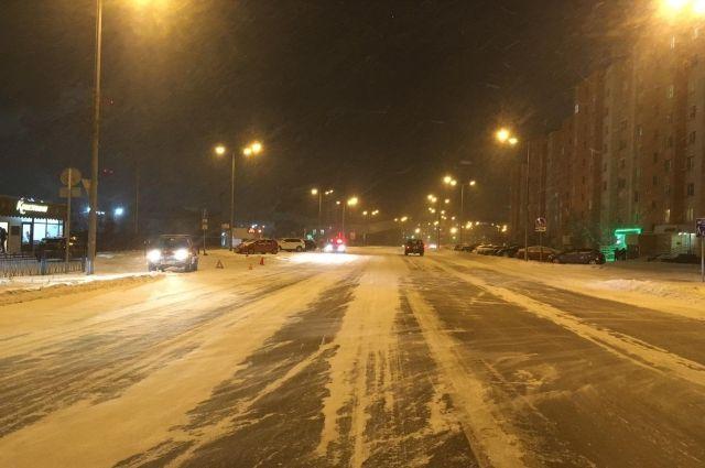 В Новом Уренгое водитель не справился с управлением и сбил пешехода