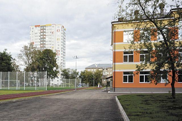 В этом году капитально отремонтировали школу № 112 и построили межшкольный стадион.