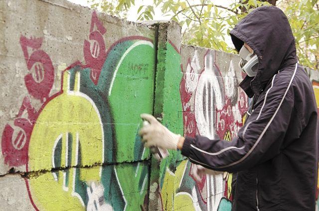 Рисунки в городе – на любых доступных местах: заборах, фасадах, жалюзи магазинов.