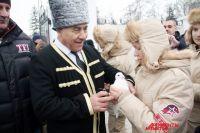 После шествия памяти представители разных народов выпустили в небо белых голубей - символ мира.