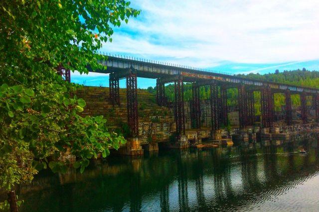 Недостроенная плотина уже стала излюбленным местом отдыха у поклонников промышленного туризма.
