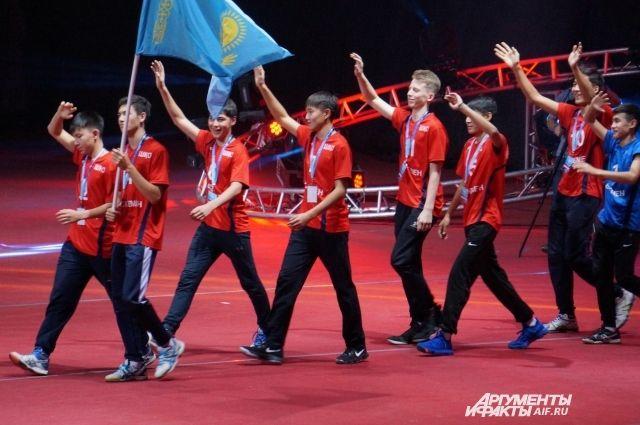 Парад участников фестиваля, на котором собрались представители десяти стран.