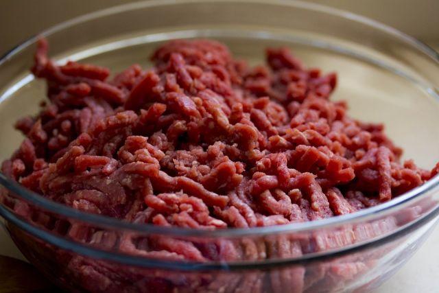 Мясной фарш хорошо сочетается с овощами и соусом.