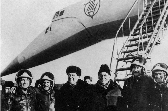 Первый полет ТУ-144. На фото А.Н Туполев третий справа.