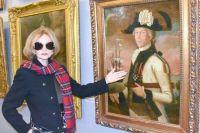 Искусствовед Любовь Яхонтова и картина с неизвестным офицером.