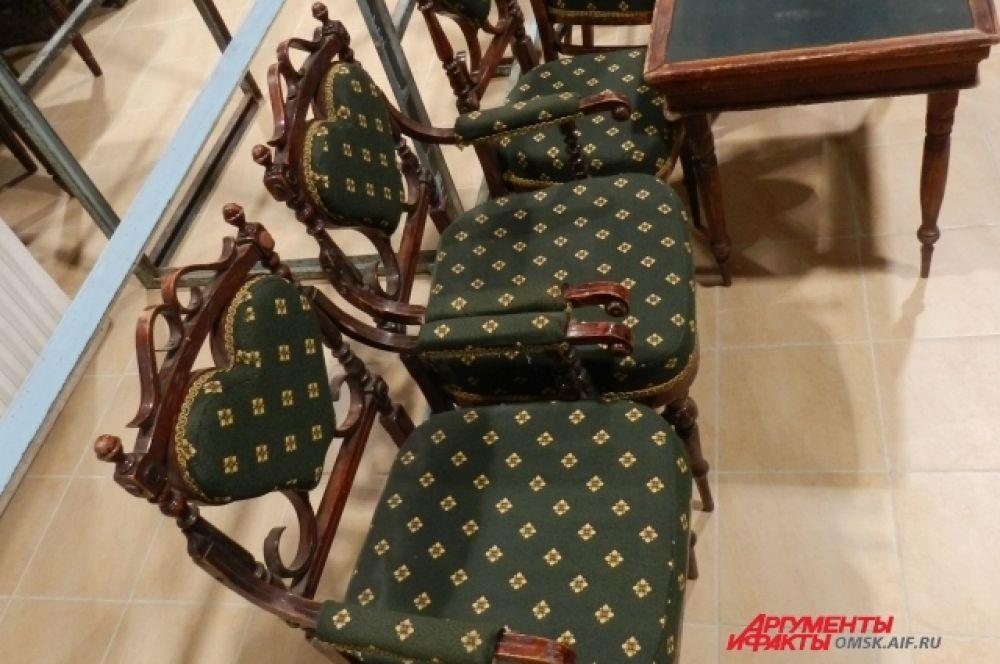 Склад реквизита с антикварными стульями 1887 года
