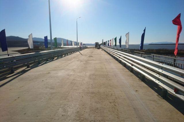 Прежний мост пострадал в результате наводнения на реке Амур в 2013 году.