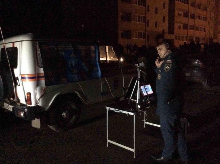 На месте происшествия работают специалисты МЧС и следователи.