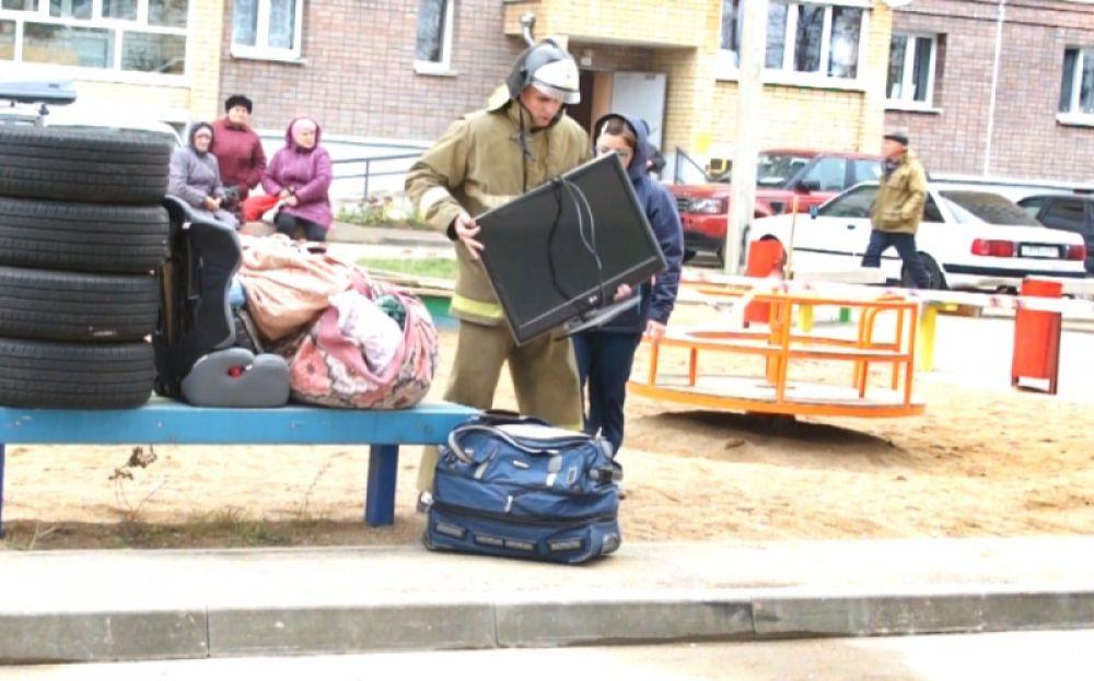Спасатели расчистили завалы, жильцы смогли попасть в разрушенные квартиры.