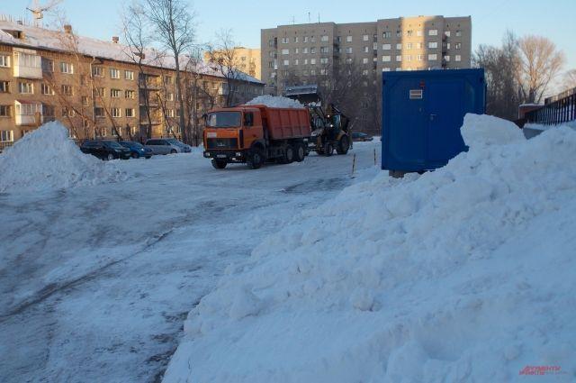 Дорожная техника не всегда успевает вовремя почистить снег.