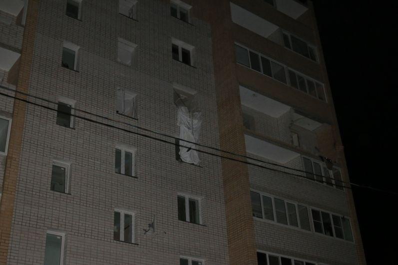 Перекрытия между шестым и пятым этажами уничтожены.