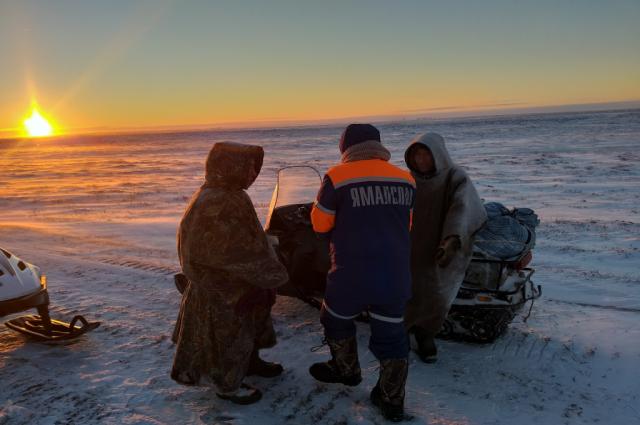 Сотрудники «Ямалспаса» спасли мужчин, которых унесло на льдине реки Но-Яха