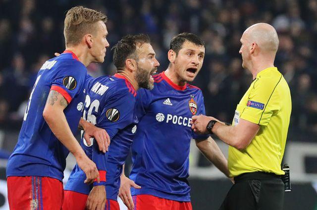 Игроки ЦСКА и главный судья Роберт Мадден (матч ЦСКА - «Лион»).