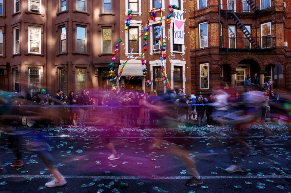 Бегуны во время нью-йоркского марафона, США.