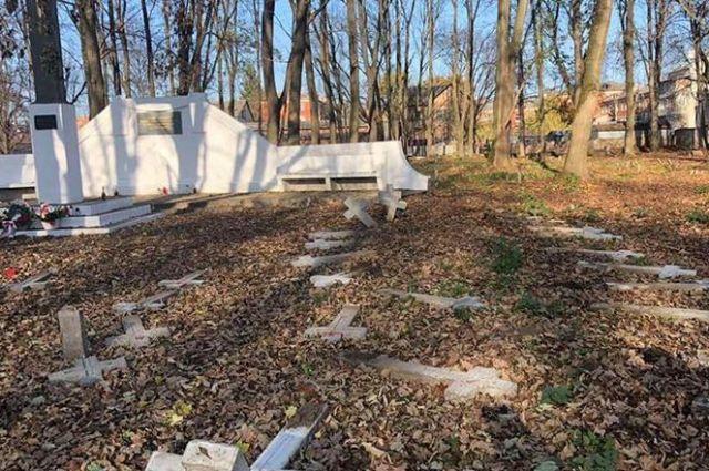 В Коломые вандалы разбили кресты на польском кладбище: подозревают провокацию