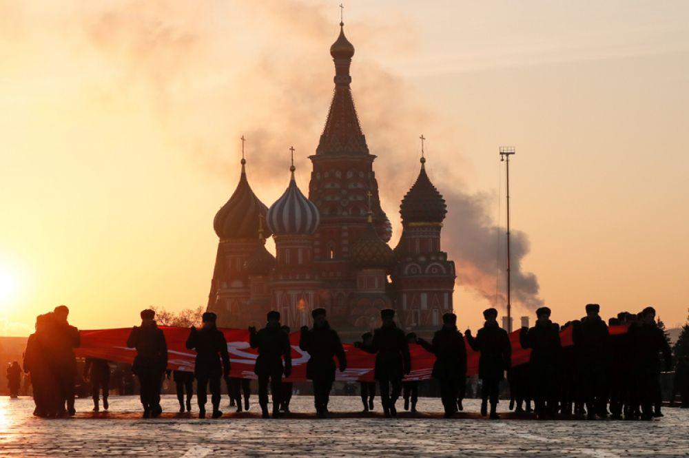 Участники марша в честь годовщины исторического парада 7 ноября 1941 года на Красной площади, Москва.