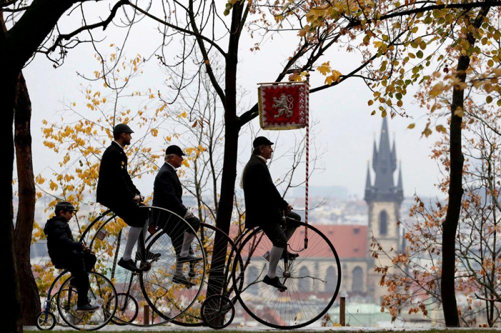 Участники велопробега на ретро-велосипедах в Праге, Чехия.
