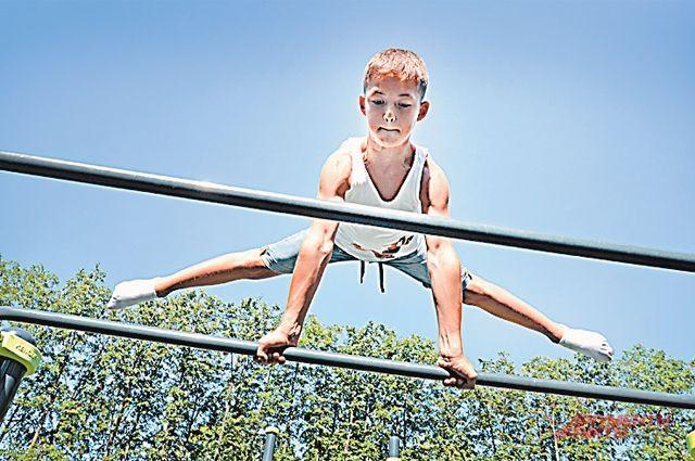 Как связан спорт в детстве и перелом шейки бедра в старости?