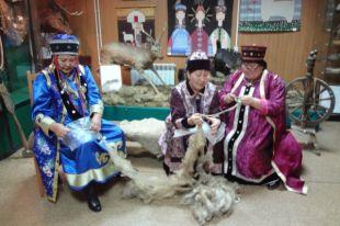 В деревнях еще сохранился традиционный образ жизнь - люди стригут овец и вяжут вещи уникальным бурятским способом.