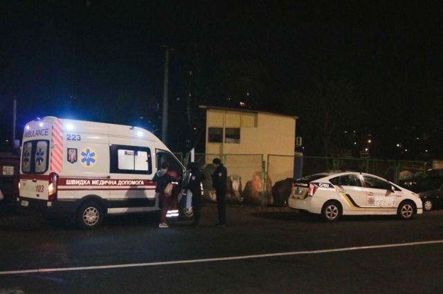 В Киеве неизвестные избили и выстрелили в мужчину, когда тот шел домой