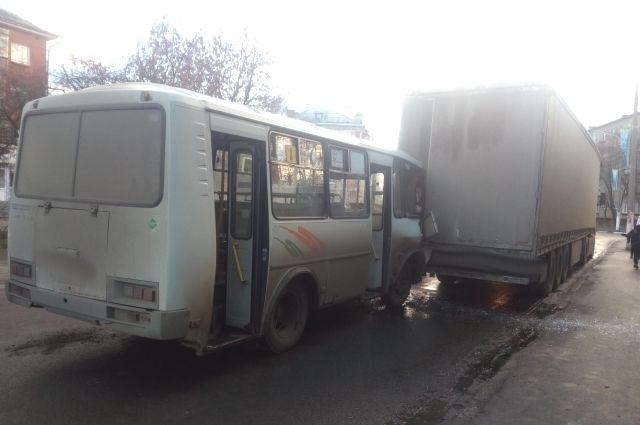 59-летний водитель автобуса «ПАЗ» не справился с управлением.