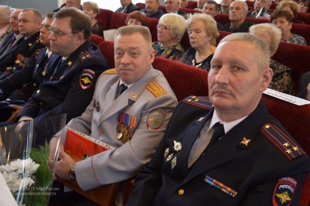 Начальника полиции Первоуральска Олега Грехова (в центре) подозревают во взятке.