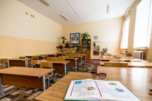 Дополнительные каникулы ввели в школах правобережной части города Каменское Днепропетровской области в связи с отсутствием теплоснабжения.