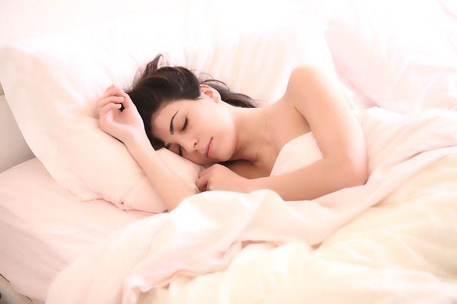 Продолжительность сна и время подъема могут повлиять и появление рака молочной железы.