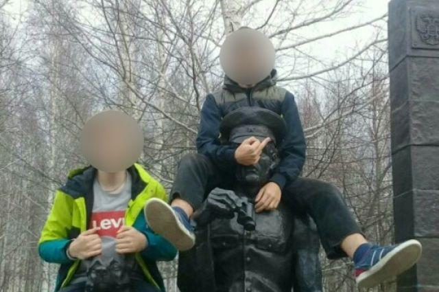 Фотографии молодых людей попали в социальные сети и вызвали волну негодования.