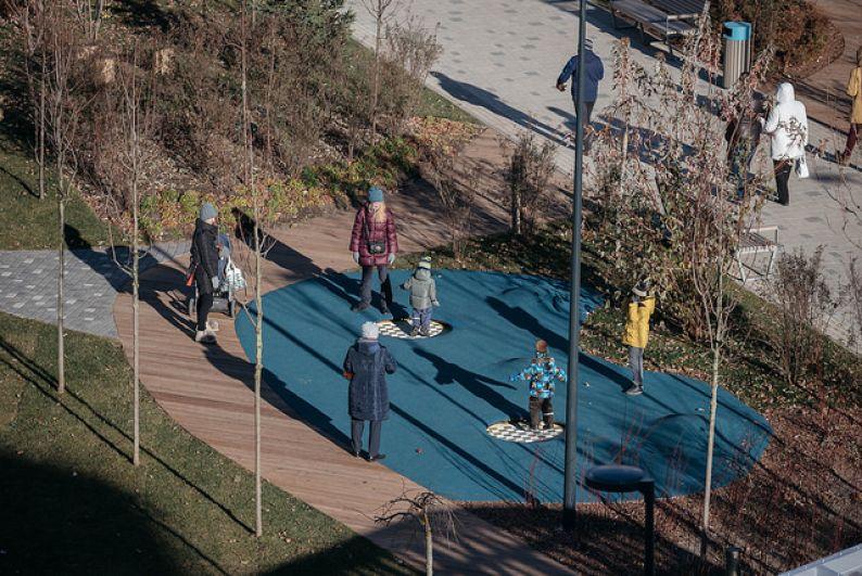 Здесь есть различные зоны активности для детей и взрослых.