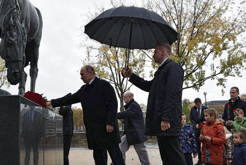 Президент РФ Владимир Путин на церемонии возложения цветов к памятнику воинам Русского экспедиционного корпуса, сражавшимся во Франции во время Первой мировой войны.